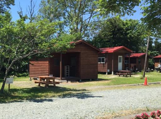 三重湖公園キャンプ場のバンガロー外観
