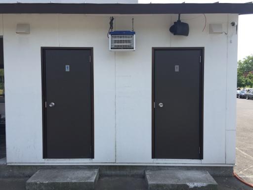 栗山さくらキャンプ場のトイレ入口