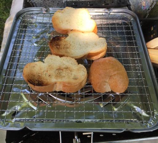 焚き火台でバケットをトースト