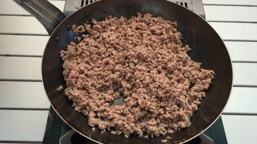 ひき肉を炒めているところ