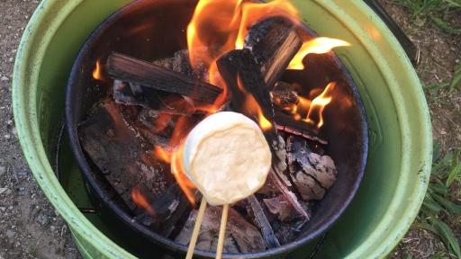 焚き火でチーズを温める