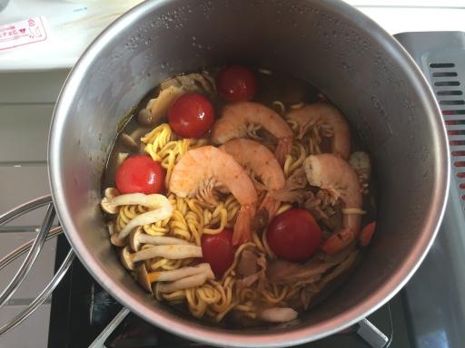 トムヤムクンスープにプチトマトを投入
