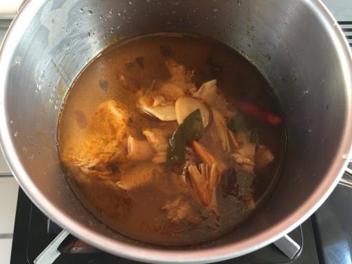 トムヤムクンスープを鍋で温める